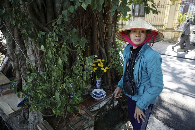 Lo sợ việc có ma, người dân vẫn thường lập miếu hoặc bàn thờ ở các gốc cây to