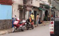 Người dân và gia đình đang vận động Tuyên tại xóm trọ