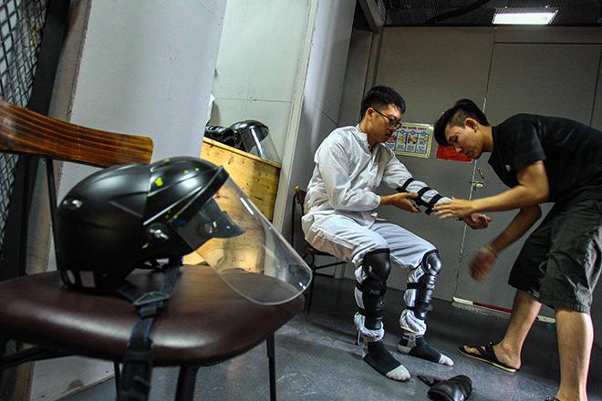 Người chơi trước khi tham gia đều được trang bị quần áo bảo hộ, găng tay, mũ bảo hiểm để tránh gây ra thương tích cho mình.