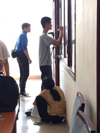 Bức ảnh được chụp tại trường Đại Học Sư Phạm 2 (Vĩnh Phúc) khi người mẹ nghèo trong bộ quần áo lam lũ cùng chiếc nón lá đưa con trai đến trường nhập học