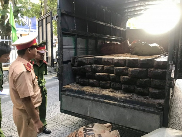 Phát hiện ô tô chở số lượng lớn gỗ lậu không rõ nguồn gốc tại Huế
